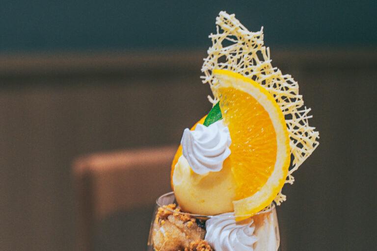 上から、ホワイトチョコレート、夏みかん、セージの葉、レアチーズのクリーム、夏みかんのソルベ。
