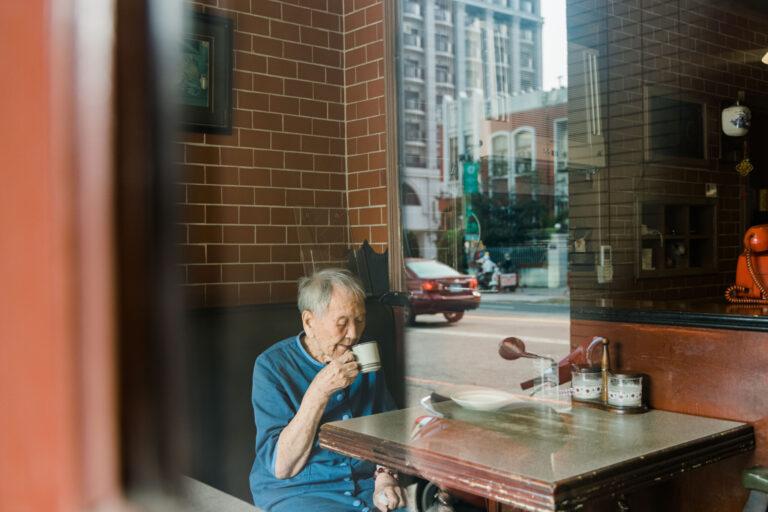 〈巧園〉の常連のおばあちゃんは90歳だ。一人でコーヒーを楽しむのが日課。