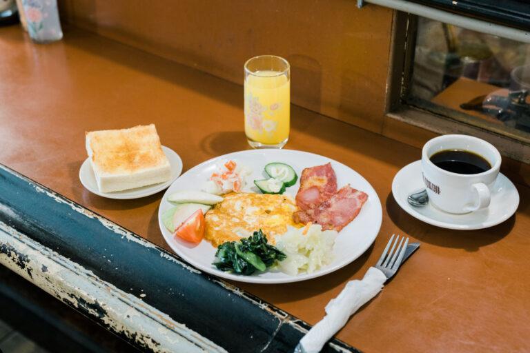 洋式のモーニングセットには、オレンジジュースと厚切りトースト、そしてコーヒーがついて120元。