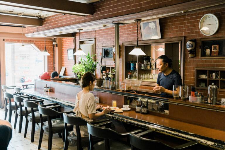 レンガ色のバーカウンターに、背当てが革製の椅子がずらっと並ぶ。居心地は満点。