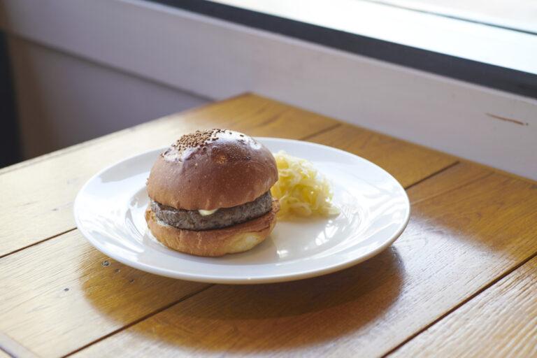 「野菜を抜いてバランスを重視。固定観念を覆す新たなバーガー」6種のバーガーのうち、塩バーガー1,980円がおすすめ。和牛スネ肉100%のパテと少しのバルサミコ、有塩バターのみを挟んでいる。