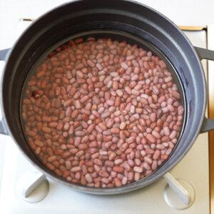鍋に小豆を戻して、小豆の頭がかぶる程度の水を入れて加熱します。