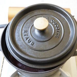 少しずらして蓋をして、弱火のまま静かに沸騰させます。小豆がお湯に浸かっているように、ときどき足し水をします。