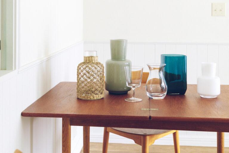 花器を選ぶ。花器とのコーディネートを考えるのも、わくわくする作業。無造作に生けても様になる、おおぶりの花器はもちろんグラスや鉢などの食器を使ってもOK。