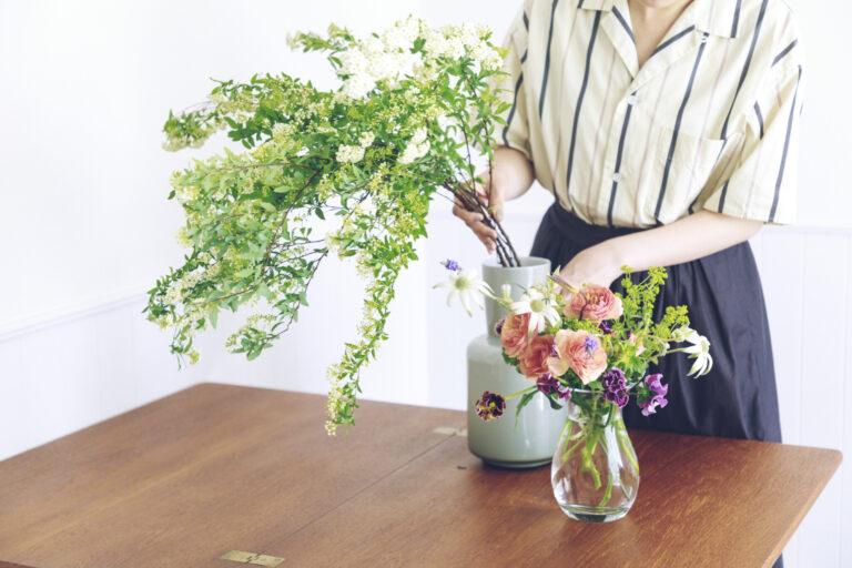 まずはシンプルに生ける。花を買ってきたその日は、ばさっと大胆に生けてみよう。とくに枝ものは大きく生けると様になります。