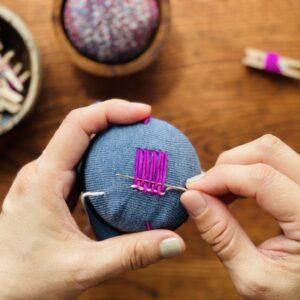 【point】緩まないように時々針でまっすぐに整えて。織物を織るように!