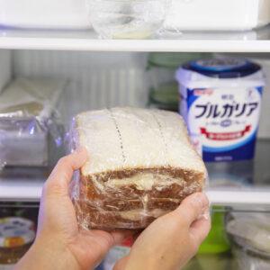 【POINT】ラップでくるんだ後は冷蔵庫で30分ほど休ませると切りやすくなる。