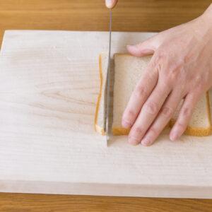 【POINT】耳のカットが苦手な人はクリームを塗る前に食パンの耳を落としておく。