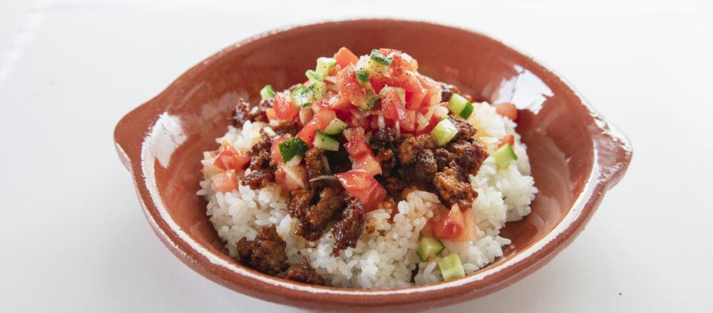 """冷蔵庫にある食材で!世界中の""""旅のぶっかけご飯""""レシピ4選。自宅でプチトリップできるひと皿を作ろう。"""