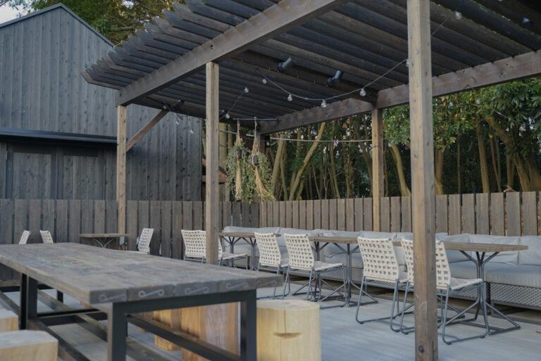 カフェテラスは宿泊客以外も利用可能。