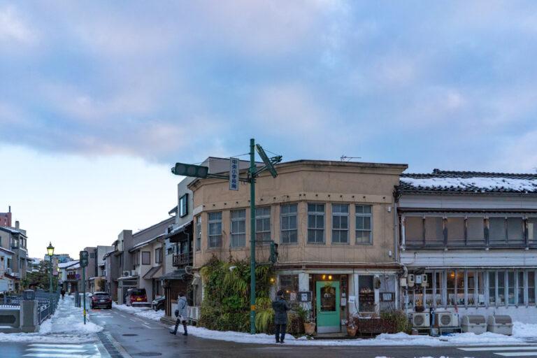 古書店やアンティーク店などが集う最近人気のエリア。大正時代の建築をリノベ。