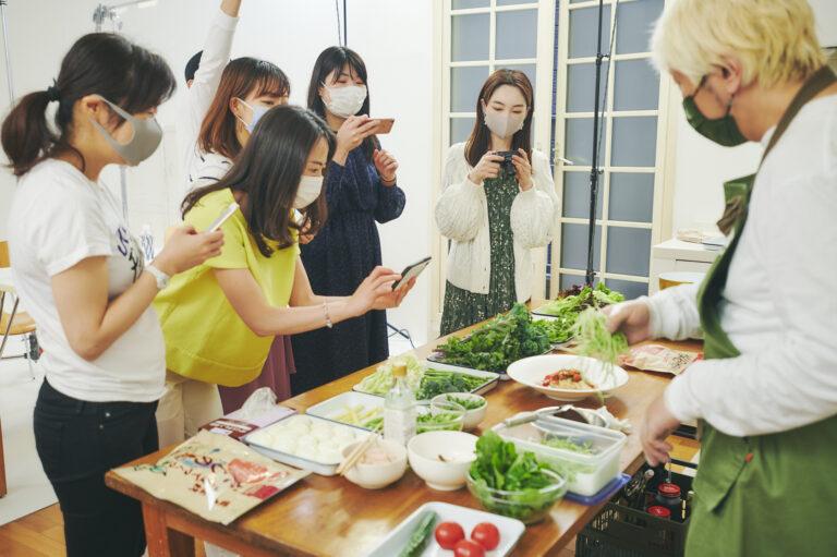 阪田さんの調理風景に興味津々!