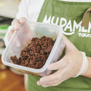 鍋に水、オーガニックシュガー、醤油、テンメン醤を入れ、沸騰したら大豆ミートを加えて煮詰める。刻んだ芽菜を入れたら肉味噌の完成。