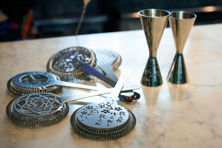 氷と水分を分けるためのストレーナーやメジャーカップ。バーツールのデザインにはこだわりがある。