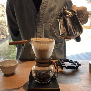 〈Hario〉のネルドリッパーを使用。ちなみにバリスタ着用のデニム地のユニフォームは、こちらと清澄白河フラッグシップカフェだけの限定デザインだそう。