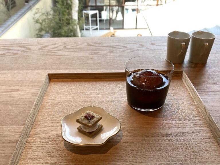 水出しコーヒーを涼やかな丸氷で。この日の豆は豊かな果実味のケニア。季節のデザートは桜の香りとバタークリームのコクが広がる「桜バターサンドクッキー」。
