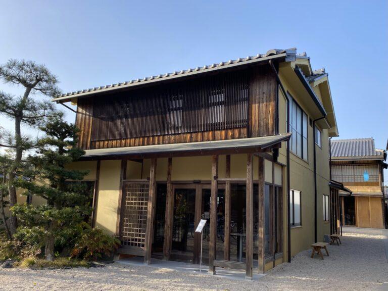 3月20日リニューアルオープン。かつては旅館だったという趣ある京町家。2棟建てで、奥がカフェ、手前の棟の2階に〈The Lounge -Kyoto-〉が。