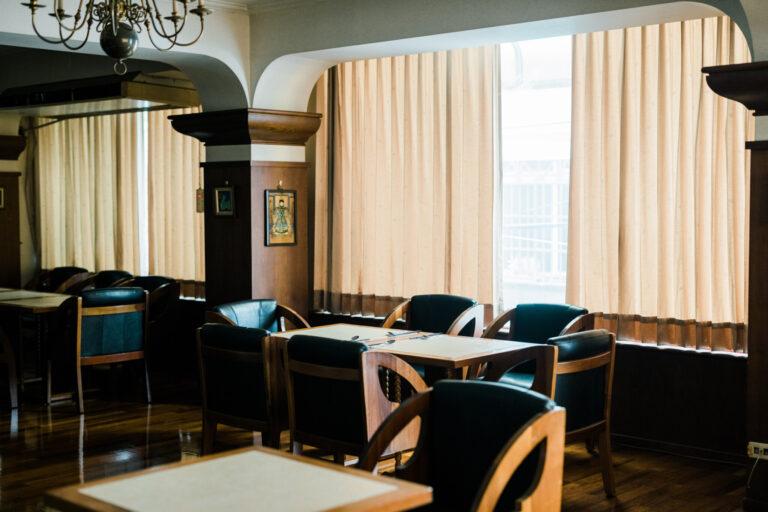 家族経営で切り盛りしている〈華泰咖啡〉。インテリアは丸い窓枠などモダニズムの片鱗が。