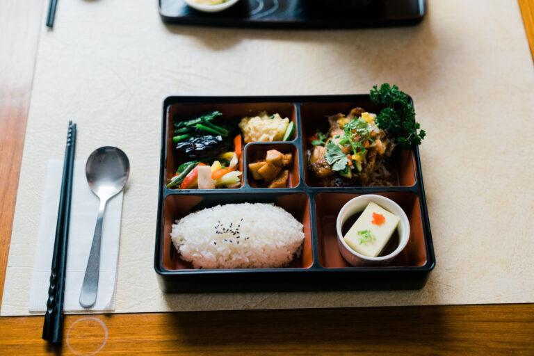 日替わりのお料理が弁当箱に入った「定食」はボリューム満点。もちろん、飲み物は無料で290元。