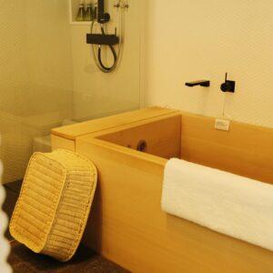 【別邸 ダブルルーム】独立型のシャワーブースと、ヒバの木の浴槽があります。