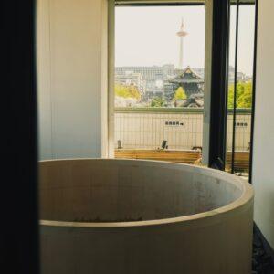 【本館 ザ・カンラ ジュニアスイート】アウトバスからは、京都タワーと東本願寺が望むことができる。