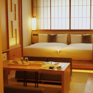 """""""京都暮らし""""を楽しめる〈ホテル カンラ 京都〉へ。本物に触れる、贅沢なおこもりステイを。"""