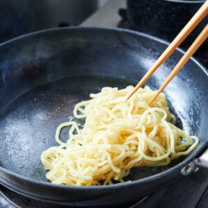 【POINT】麺にごま油の香りをほぐす。