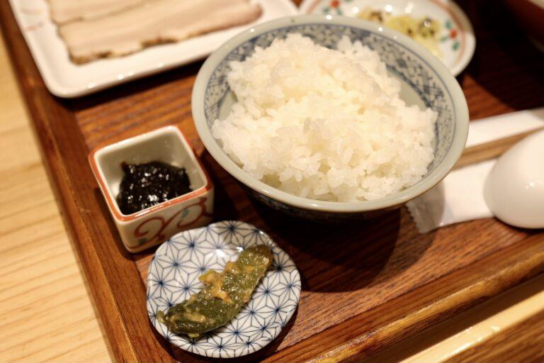 白米とともに小キュウリの漬物、海苔の佃煮などご飯のお供も。