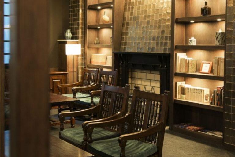 松本民芸家具が置かれたクラシカルなロビー。