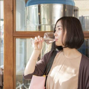 今回は撮影のため、特別に試飲させてもらいました。「すっきりしていて飲みやすい!」(工藤さん)