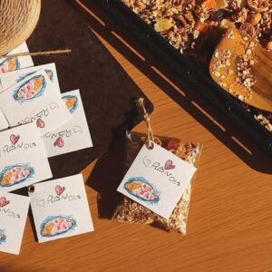手作りグラノーラは袋につめ、イラストを印刷したタグを飾り付け。