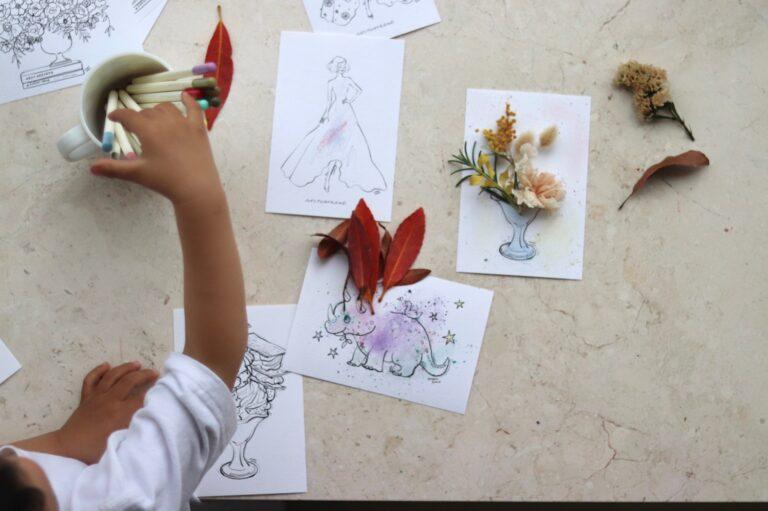 次男作の落ち葉&ドライフラワーアート。色は色鉛筆を削ってぼかし塗りしています。
