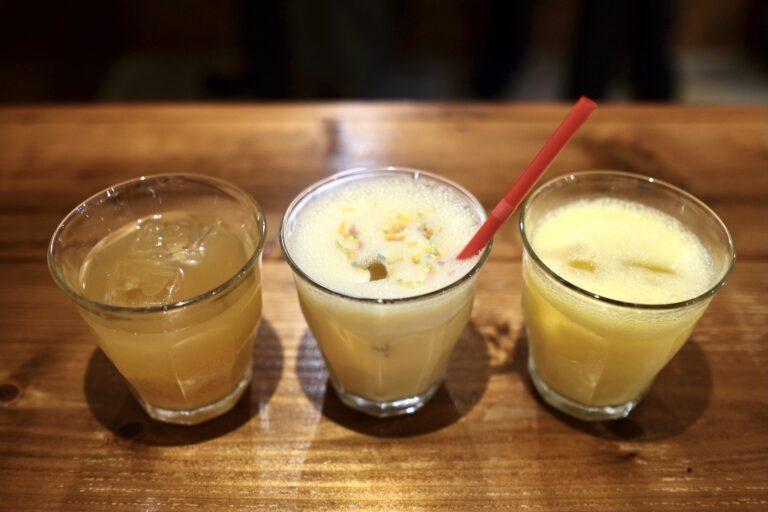(左から)「ひやしあめ」「大阪ミルクセーキ」「大阪ミックスジュース」各250円。