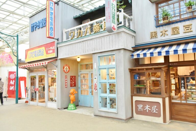 左から、電気屋、薬屋、豆腐屋。