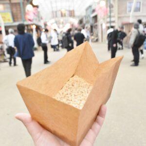 お米屋さんで生米を買ったら「ポン菓子」コーナーへ。