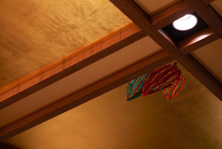 天井には金箔を張り、三枝シェフがカカオの絵を描きました。