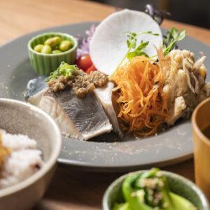 「今週のSta.定食」1,500円では、スパイスの効いた惣菜に素材の組み合わせの妙を知れる。『新しい発見のある体に優しい定食』