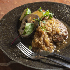 ディナーの人気者は、玉ねぎとマッシュルームをたっぷり混ぜたハンバーグ2,200円。