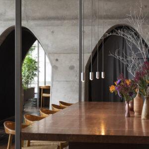 アーチの美しい店内に大理石のテーブルが映える。