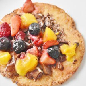 マンゴー、苺などのフルーツとチョコをトッピング。グルテンフリーのおやつに◎。