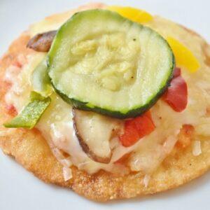 濃厚な自家製トマトソースと、ズッキーニ、パプリカ、チーズをトッピング。シャキシャキした野菜が美味しいピザです。