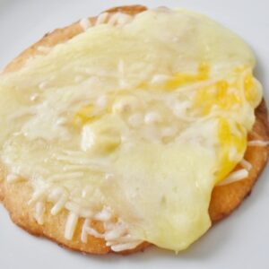 4種のチーズを贅沢にトッピングしたピザは、生地との相性もバツグン!