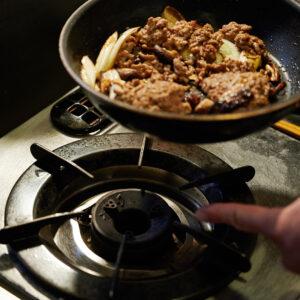 【POINT】作り置きしていたひき肉を入れ、火を止める。