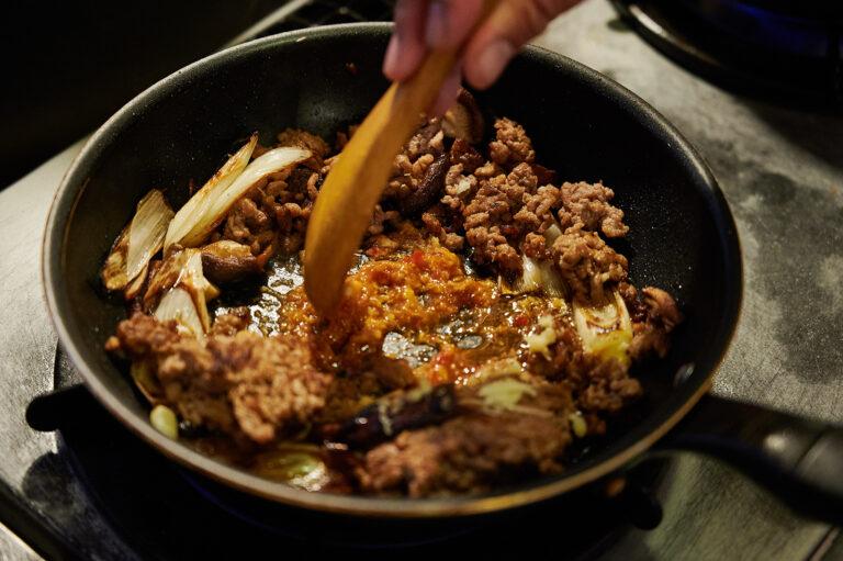 【POINT】フライパンの底で炒る。