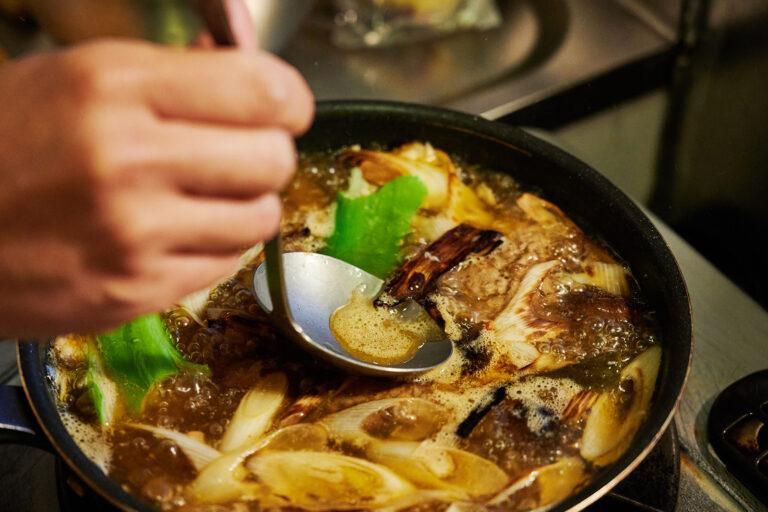 【POINT】スープのためにアク取りを。