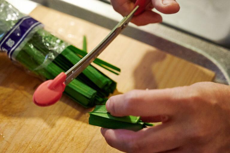 【POINT】ニラは4cm幅にカット。チョキっと切れるハサミが便利すぎ。