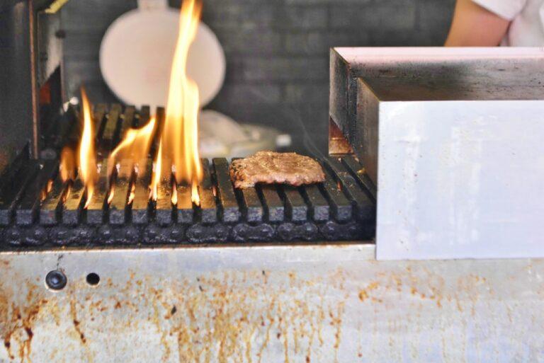 赤身肉に牛の脂を配合することにより、冷めてもお肉がかたくなり過ぎないそう。