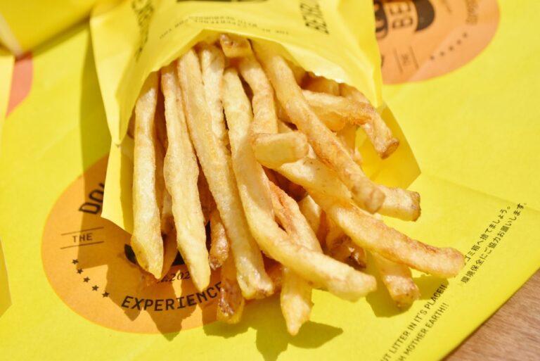 「フライドポテト」は、素材の美味しさをそのまま感じられるように、店舗で皮付きじゃがいもをカットからフライまで調理しています。