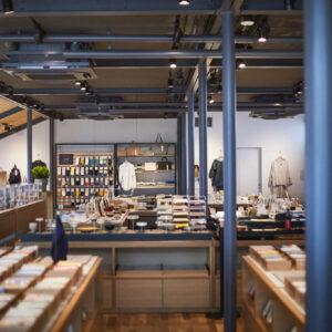 2階の店舗には3,000点ほどの商品が並ぶ。窓辺にはライブラリーコーナーもあり、ゆっくり過ごせる。