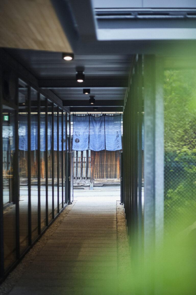 """春日大社や東大寺も近い奈良市元林院町。敷地内には旧市街地""""ならまち""""らしい細い路地があり街と建物を有機的に結ぶ。"""